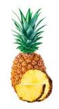 Ananas avec des tranches en gros plan sur le fond blanc image libre de droits