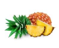 Ananas avec le plan rapproché de tranche sur le fond blanc photographie stock libre de droits
