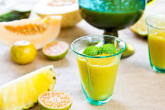 Ananas avec le smoothie d'orange et de melon Images libres de droits