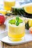 Ananas avec le smoothie de pêche Photos libres de droits