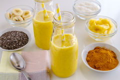 Ananas, banan, kokosnöt, gurkmeja och Chia Seed Smoothies Royaltyfria Foton