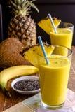 Ananas, banan, kokosnöt, gurkmeja och Chia Seed Smoothies Fotografering för Bildbyråer