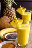 Ananas, Banane, Kokosnuss, Gelbwurz und Chia Seed Smoothies Lizenzfreies Stockbild
