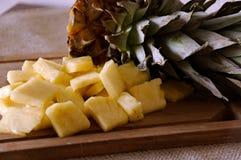 Ananas bij het snijden van achtergrond board Royalty-vrije Stock Fotografie