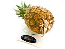 Ananas bij schaal Stock Fotografie