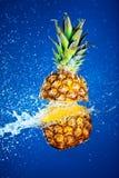 ananas bryzgająca woda obraz royalty free