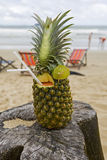 Ananas, Cocktail auf dem Strand Stockfoto