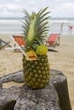 Ananas, cocktail sulla spiaggia Fotografia Stock
