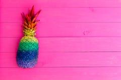 Ananas coloré peint avec des rayures d'arc-en-ciel Photo libre de droits