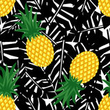 Ananas con il modello senza cuciture delle foglie tropicali nere royalty illustrazione gratis