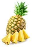 Ananas con le fette isolate su bianco fotografia stock