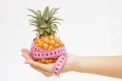 Ananas con nastro adesivo di misurazione immagini stock