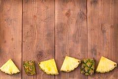 Ananas coupé en tranches frais avec entier Photos stock