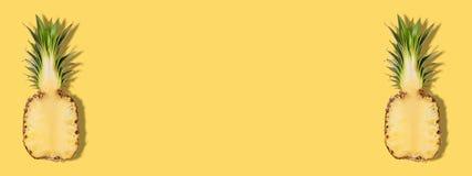 Ananas coupé en tranches par moitié fraîche sur le fond jaune Concept créatif de suumer image stock