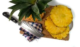 Ananas coup? avec les tranches et le couteau sur un hachoir photos stock