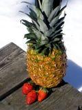Ananas d'or et fraises. Photo libre de droits