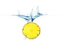 Ananas dans l'eau Photographie stock