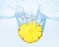 Ananas dans l'eau Photos stock