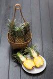 Ananas dans le panier Images stock