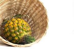 Ananas dans le panier en bois Photographie stock libre de droits
