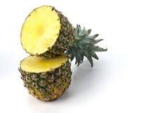 Ananas in de helft wordt gesneden die Stock Afbeeldingen