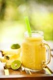 Ananas de Smoothies avec la chaux dans le pot Images libres de droits
