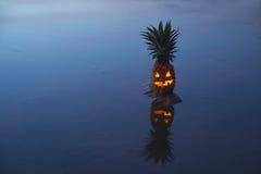 Ananas della lanterna di Jack o con la riflessione Fotografia Stock
