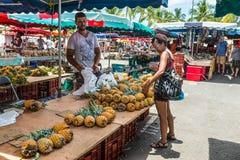 Ananas der frischen Frucht des Verkäufers Lizenzfreies Stockfoto