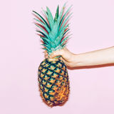 Ananas in der Hand Stockfoto