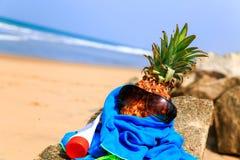 Ananas in der Sonnenbrille auf dem Strand Stockbilder