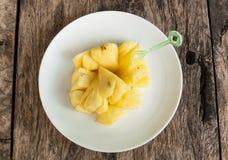 Ananas di Frech affettato sul piatto bianco Fotografie Stock