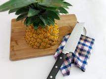 Ananas die in de helft met mes wordt gesneden stock fotografie