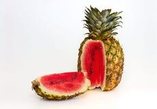 Ananas, die eine Wassermelone enthält Lizenzfreies Stockfoto