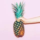 Ananas a disposizione Fotografia Stock