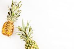 Ananas dla egzotycznego owoc projekta na białej tło odgórnego widoku przestrzeni dla teksta fotografia royalty free