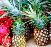 Ananas e Dragonfruit sulla tavola del mercato degli agricoltori Immagini Stock Libere da Diritti