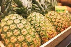 Ananas in einem Markt von Barcelona Stockfotos