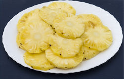 Ananas in einer Platte Lizenzfreies Stockfoto