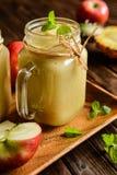 Ananas en appel smoothie royalty-vrije stock afbeeldingen