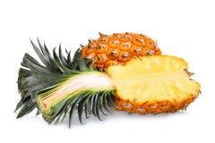 Ananas entier et demi mûr d'isolement sur le blanc Photographie stock libre de droits