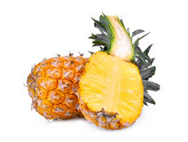 Ananas entier et demi mûr d'isolement sur le blanc Photographie stock