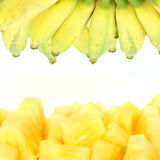 Ananas et bananes d'isolement Photo stock