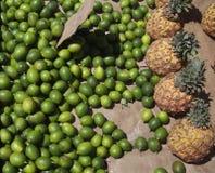 Ananas et chaux frais à vendre Photographie stock libre de droits