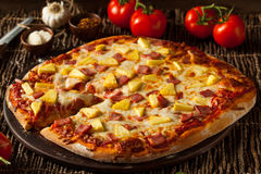 Ananas et Ham Hawaiian Pizza faits maison Photo libre de droits
