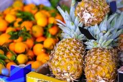 Ananas et mandarines, marché Photographie stock