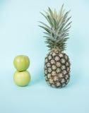 Ananas et pommes vertes Photos libres de droits
