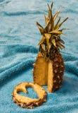 Ananas et sa tranche avec un coupe-circuit en forme de coeur Photo libre de droits