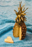 Ananas et sa tranche en forme de coeur Photo libre de droits
