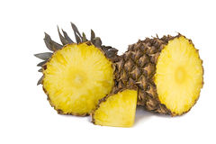 Ananas et tranches d'ananas sur un fond blanc. Photos libres de droits