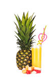 Ananas, ett exponeringsglas av ananasfruktsaft och stycken av fruktisolat Arkivfoton